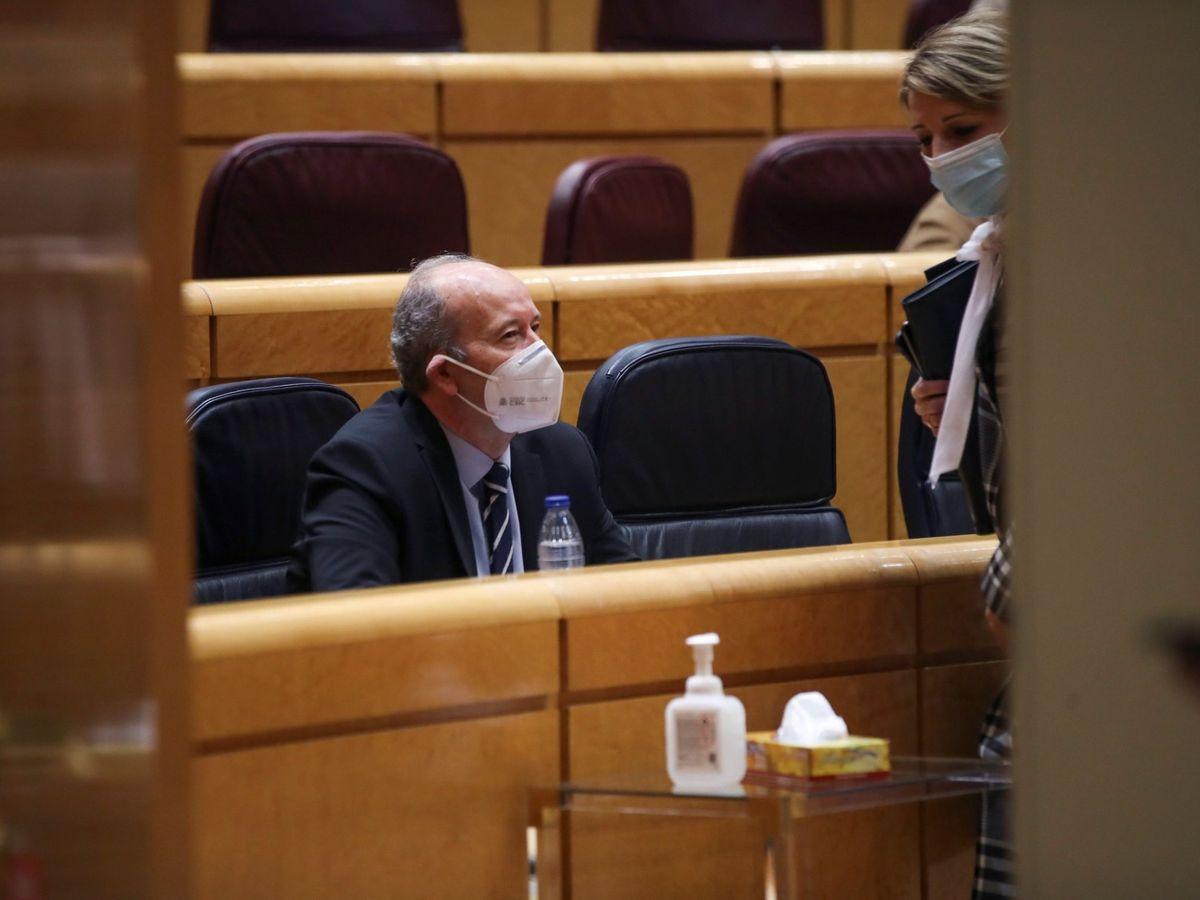 Foto: El ministro de Justicia, Juan Carlos Campo (i), participa en la sesión de control al Gobierno en el Senado, en Madrid. (EFE)