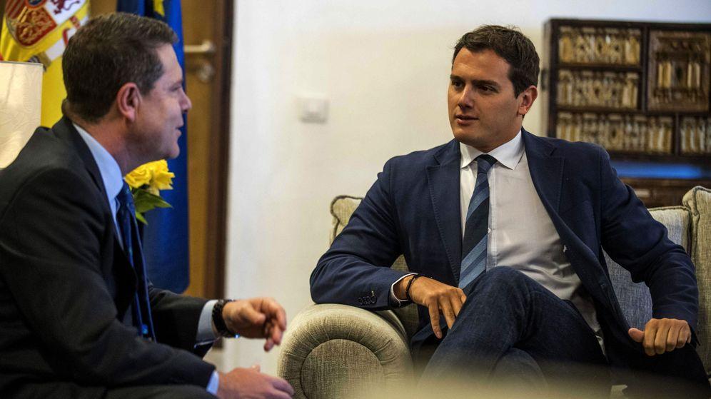 Foto: El presidente de Ciudadanos (Cs), Albert Rivera, con el presidente de Castilla-La Mancha, Emiliano García-Page (i), durante una reunión en 2017. (EFE)