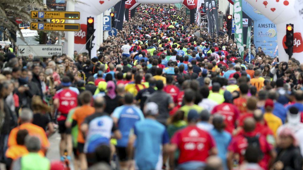 Foto: Perspectiva de los participantes de la 53º edición de la Behobia-San Sebastián. (EFE)
