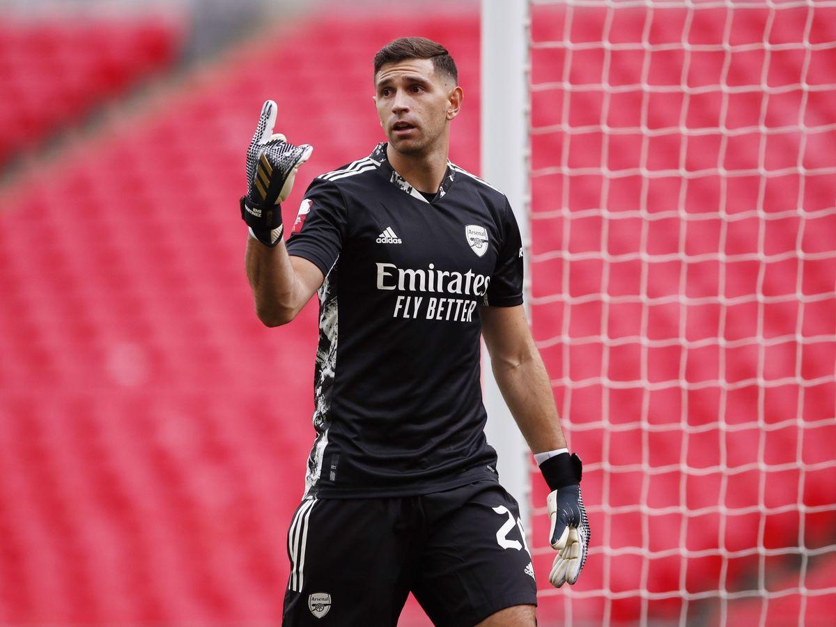 Foto: Emiliano Martinez, durante la final de la Community Shield ante el Arsenal. (Efe)