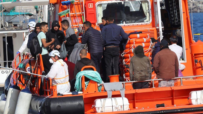 Varios migrantes rescatados por Salvamento Marítimo son trasladados al muelle de Arguineguín. (EFE)
