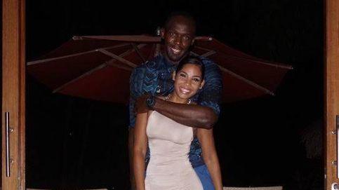 La novia de Bolt olvida sus escándalos sexuales y se compromete con él