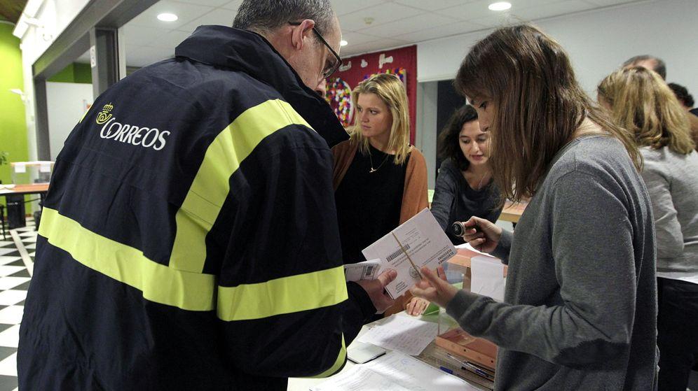 Foto: Correos gestiona el servicio postal de votos por correo para las elecciones (EFE)