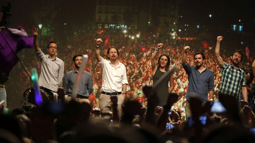 Foto: Íñigo Errejón, Pablo Bustinduy, Pablo Iglesias, Irene Montero, Alberto Garzón y Rafa Mayoral, en la noche electoral del 26-J. (EFE)