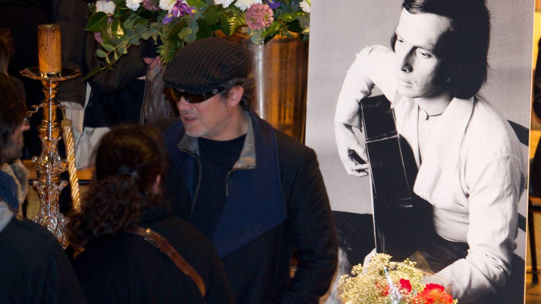 Alejandro Sanz, con gorra y gafas, en el último adiós a Paco de Lucía. (Getty)