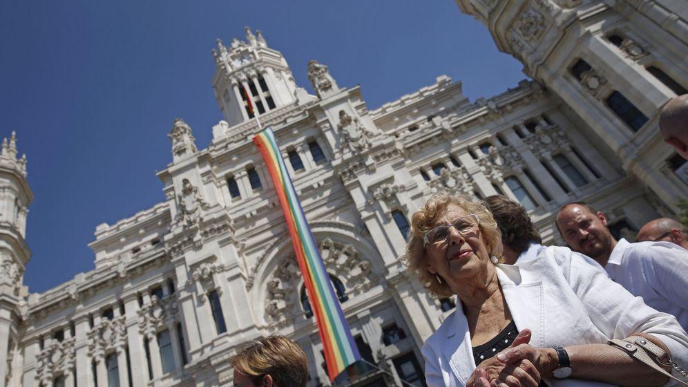 Foto: Carmena, frente al Ayuntamiento de Madrid. (EFE)