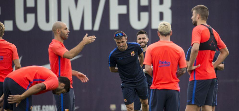 Foto: Luis Enrique, rodeado de varios jugadores, durante un entrenamiento del Barcelona (EFE)