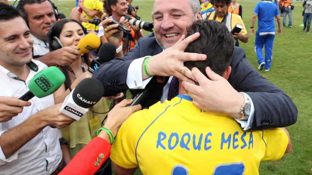 Foto: El presidente de la UD Las Palmas, Miguel Ángel Ramírez (2-d), celebra con Roque Mesa (d) el ascenso de la UD Las Palmas a Primera División. (EFE)