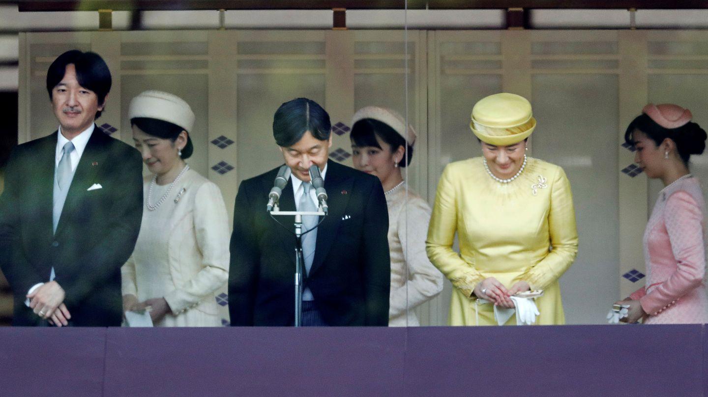El emperador Naruhito, la emperatriz Masako, el príncipe Akishino y la princesa Kiko con sus hijas Mako y Kako. (Reuters)