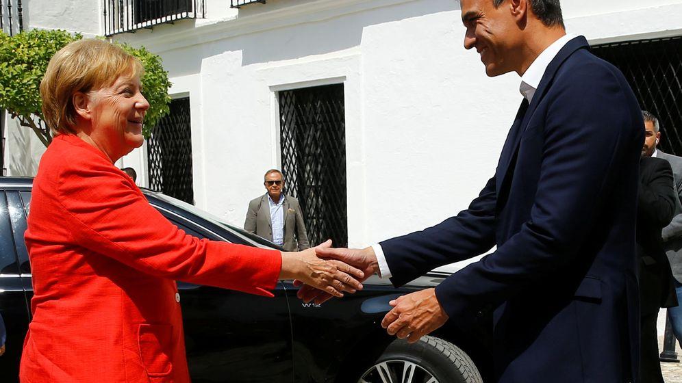 Foto: La canciller alemana, Angela Merkel, saluda al presidente del Gobierno, Pedro Sánchez, a su llegada a Sanlúcar de Barrameda (Cádiz). (Reuters)