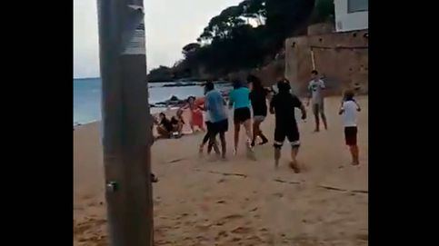 Batalla campal en una playa de la Costa Brava tras un accidente con una pelota