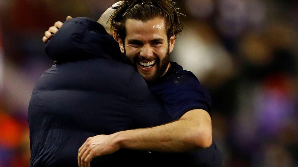Foto: Nacho abraza a Zidane tras su gol de cabeza al Valladolid. (Efe)