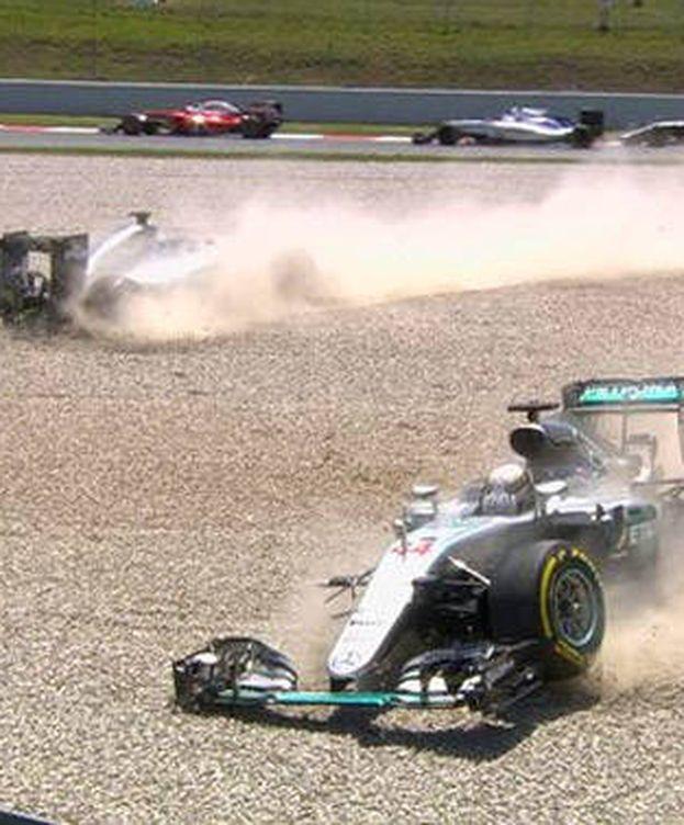 Foto: Los monoplazas de Hamilton y Rosberg, fuera de carrera.