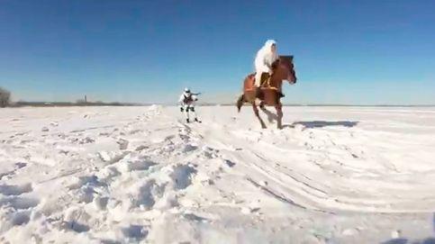El skijoring, el deporte de riesgo que practica el ejército ruso en invierno