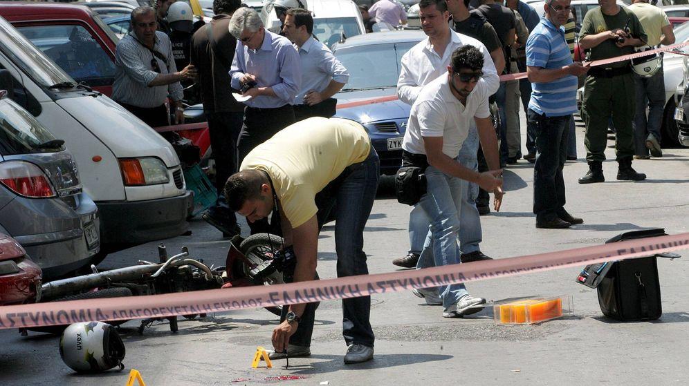 Foto: Oficiales de policía inspeccionan el lugar donde un joven de 26 años fue abatido a tiros en el barrio griego de Exarchia. (EFE)