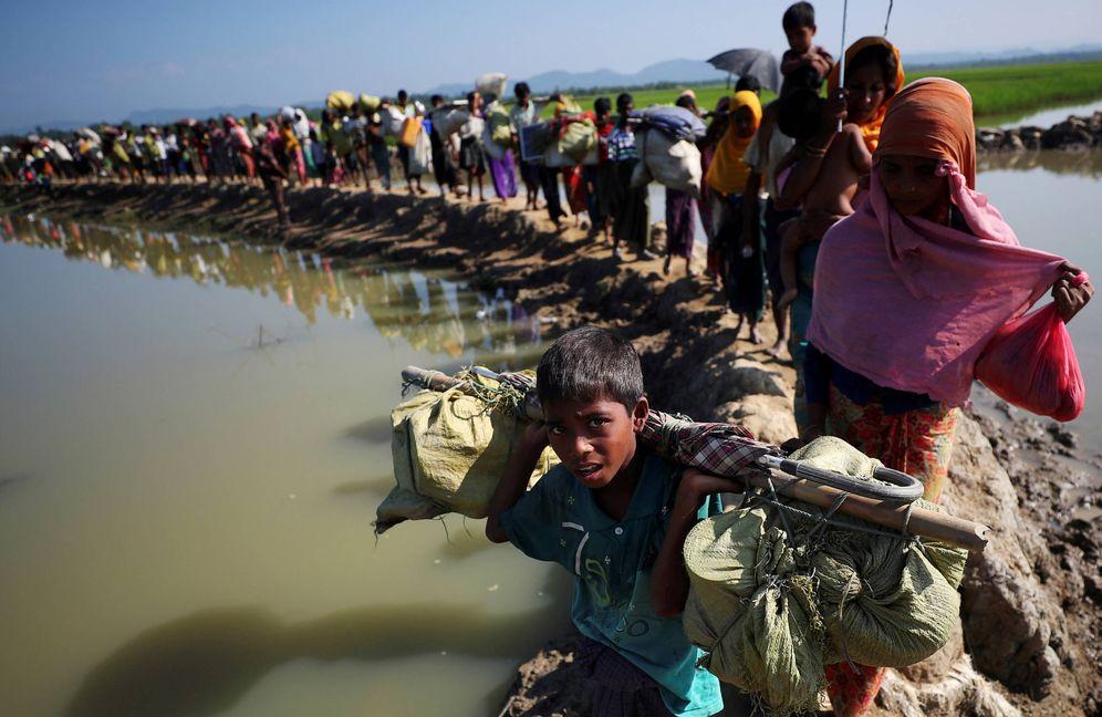Foto: Refugiados rohingyas cruzan la frontera entre Myanmar y Bangladesh en Palong Khali, cerca de Cox's Bazar. (Reuters)