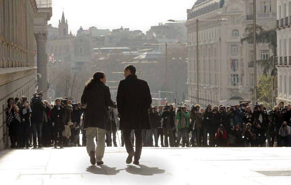 Foto: Pablo Iglesias y Pedro Sánchez, caminando por la carrera de San Jerónimo el pasado 30 de marzo. (EFE)