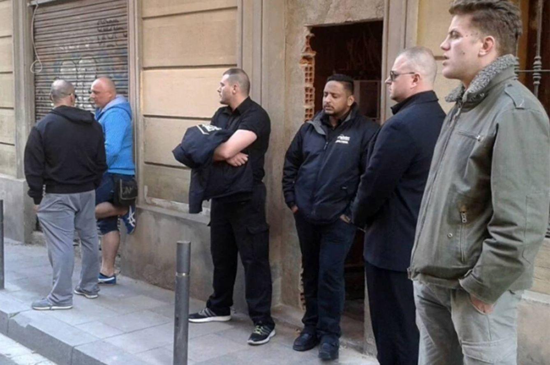 Miembros de Desokupa impiden el paso al edificio de Can Dimoni en Barcelona. (directa.cat)