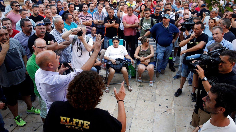 Los taxistas de Valencia durante la asamblea que celebraron este lunes. (EFE)