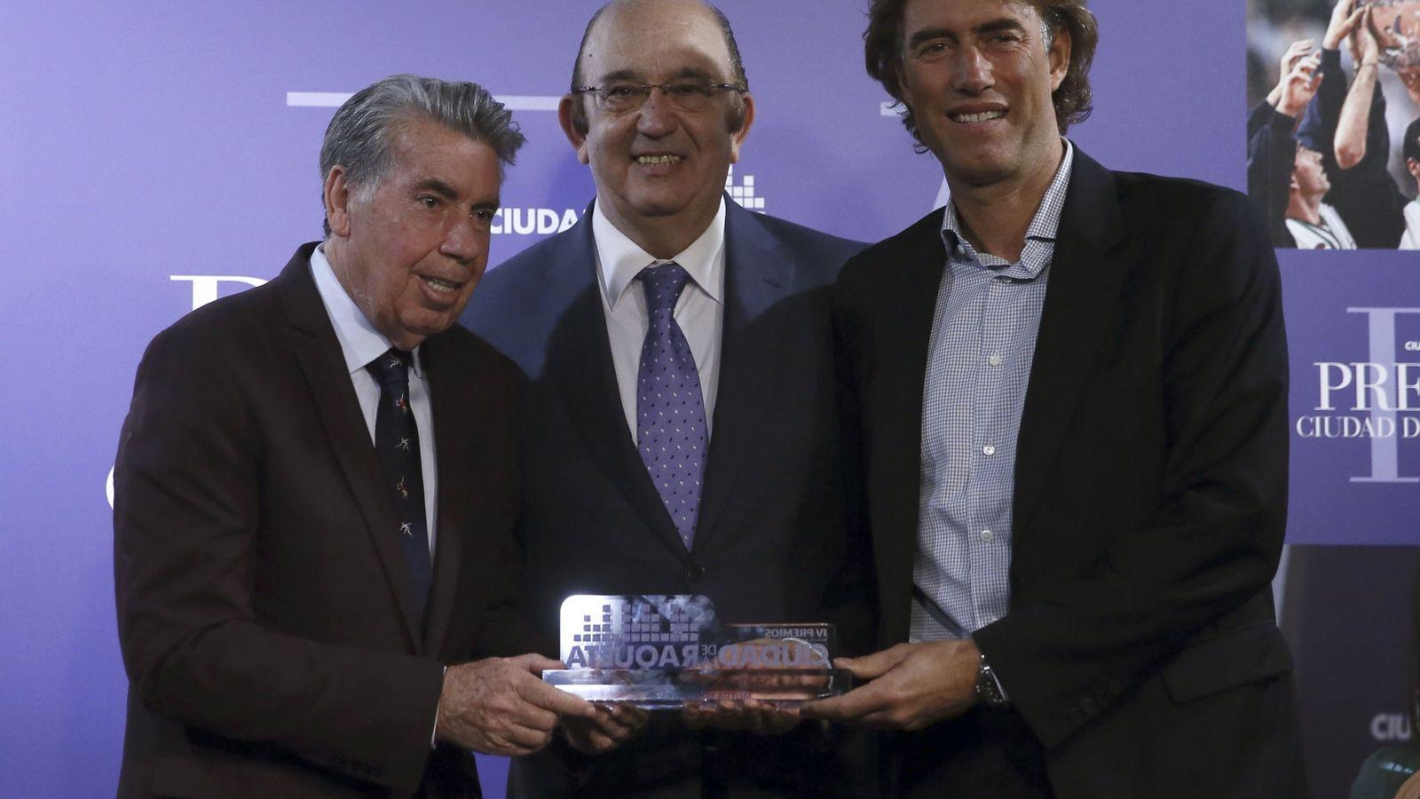 Foto: Miguel Díaz (centro) entregando el premio Ciudad de la Raqueta a Manolo Santana (derecha) y Gerard Tsobanian (izquierda). Foto: Juanjo Martín (EFE)