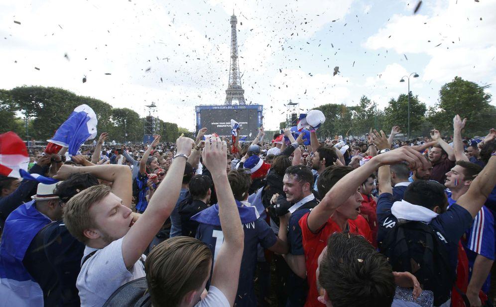 Foto: Los franceses celebran el pase a cuartos de su equipo ante la Torre Eiffel (Jacky Naegelen/Reuters).