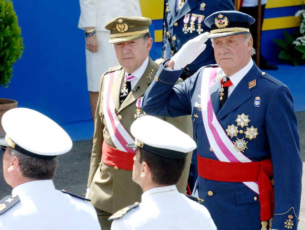 Foto: Félix Sanz Roldán y don Juan Carlos, en un acto público.