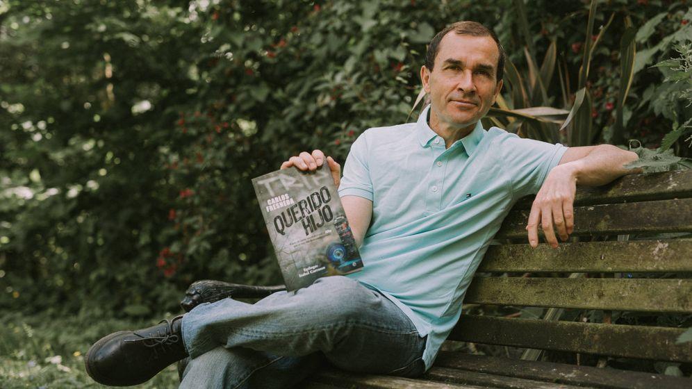 Foto: Carlos Fresneda con su libro 'Querido hijo'. (Daniel Ferreres)