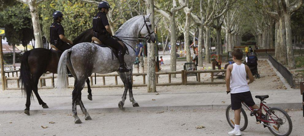 Foto: Agentes de Policía a caballo patrullan en el Parque Calero, en el distrito de Ciudad Lineal. (EFE)