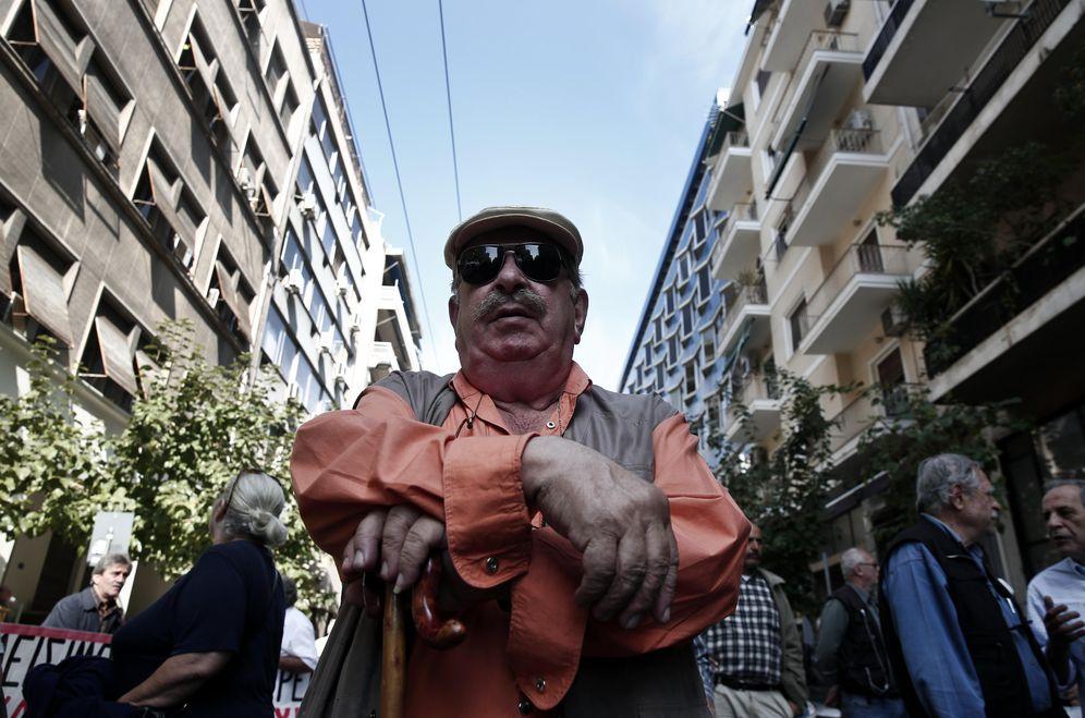 Foto: Un pensionista griego participa en una protesta contra las políticas de austeridad en Atenas, el 31 de octubre de 2013 (Reuters).