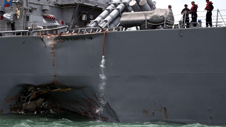 Diez desaparecidos en la colisión entre un destructor de EEUU y un barco mercante