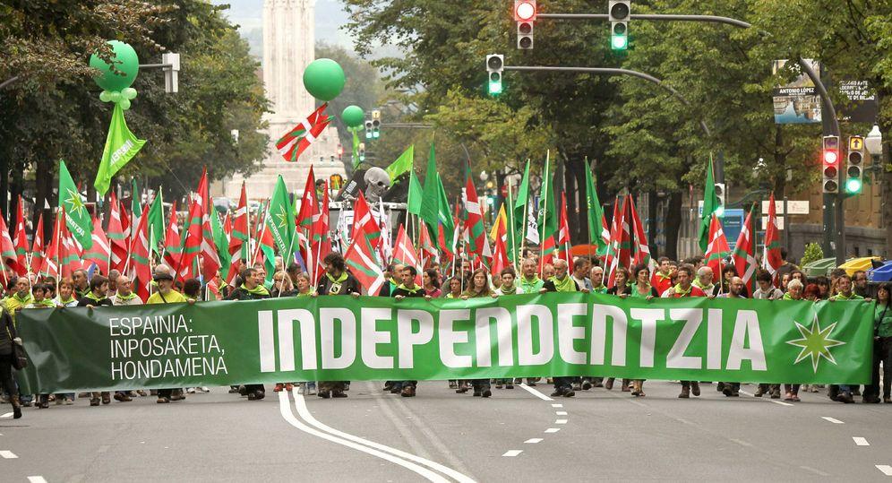 Foto: Manifestación a favor de la independencia por las calles de Bilbao. (EFE)