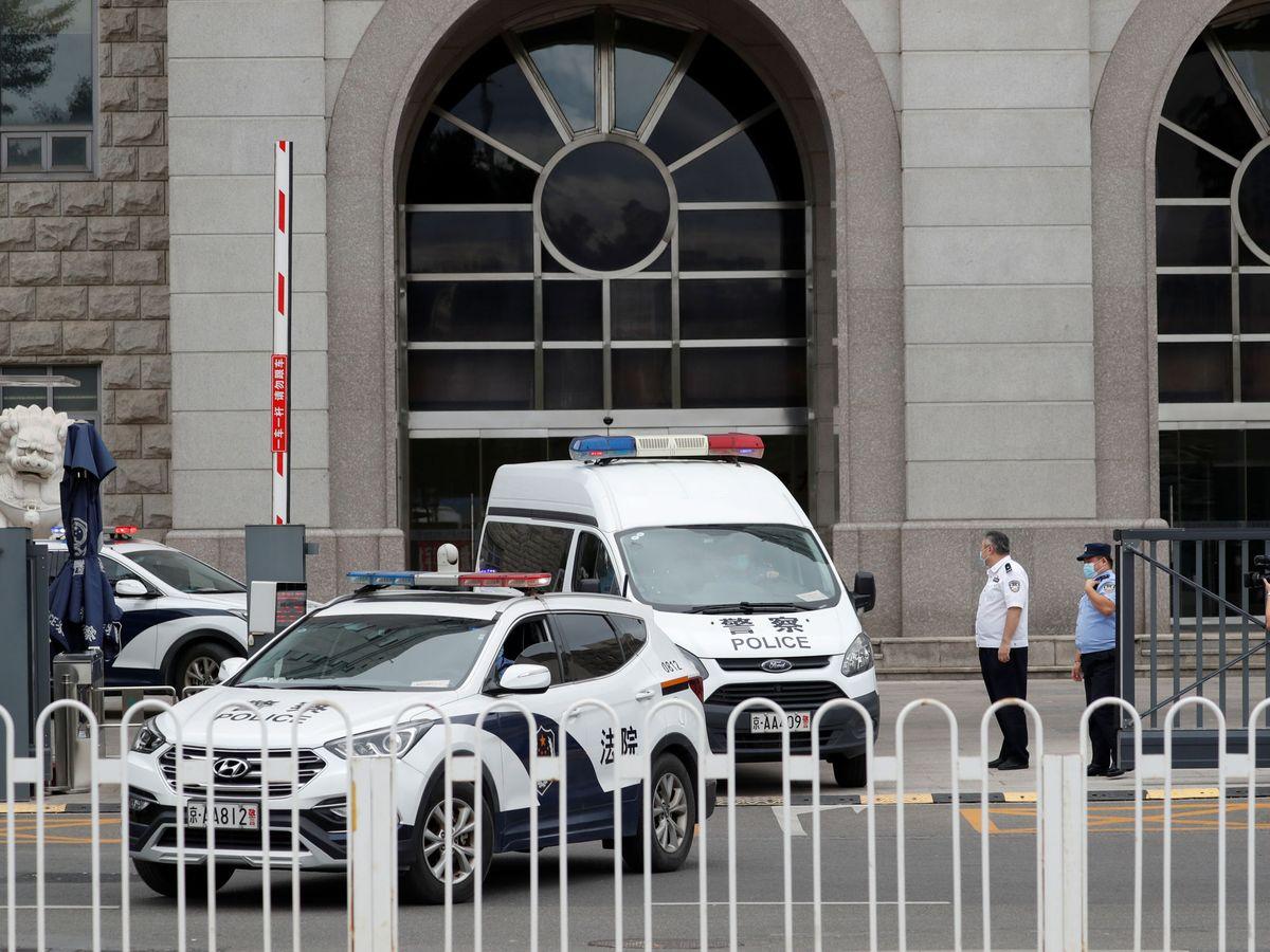 Foto: Una furgoneta de policía escolta a Rea Zhiquiang el pasado 11 de septiembre. (Reuters)