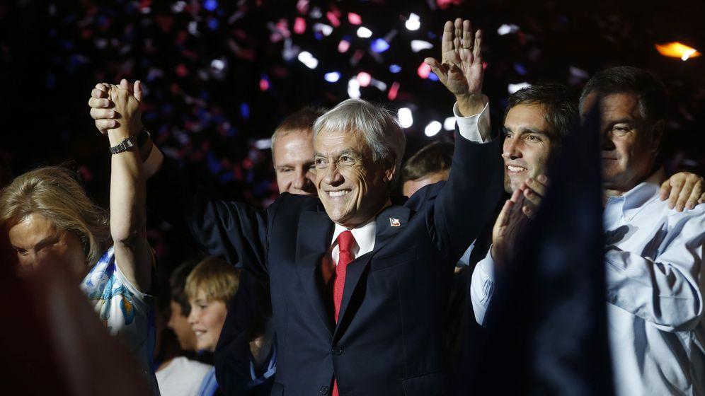 Foto: El presidente electo de la coalición Chile Vamos, Sebastián Piñera (c), saluda a un grupo de simpatizantes tras ganar en los comicios. (EFE)