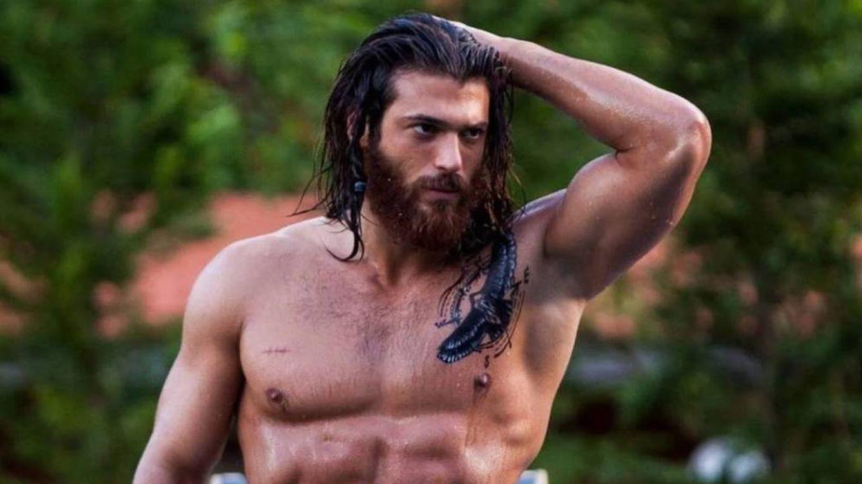 El guapo actor turco Can Yaman, más Aquaman que nunca, estrena look y serie