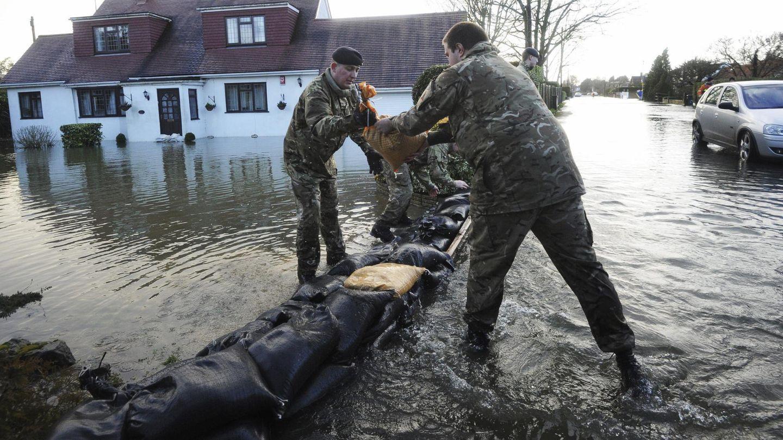 El ejército británico colabora en las tareas de ayuda durante las inundaciones. (Efe)