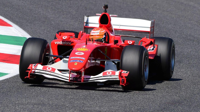 Mick Schumacher conduce el Ferrari F2004 de su padre, Michael Schumacher, en septiembre pasado. (Reuters)