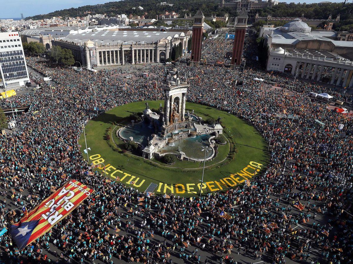 Foto: Numerosas personas se concentran en la plaza de España de Barcelona. (EFE)