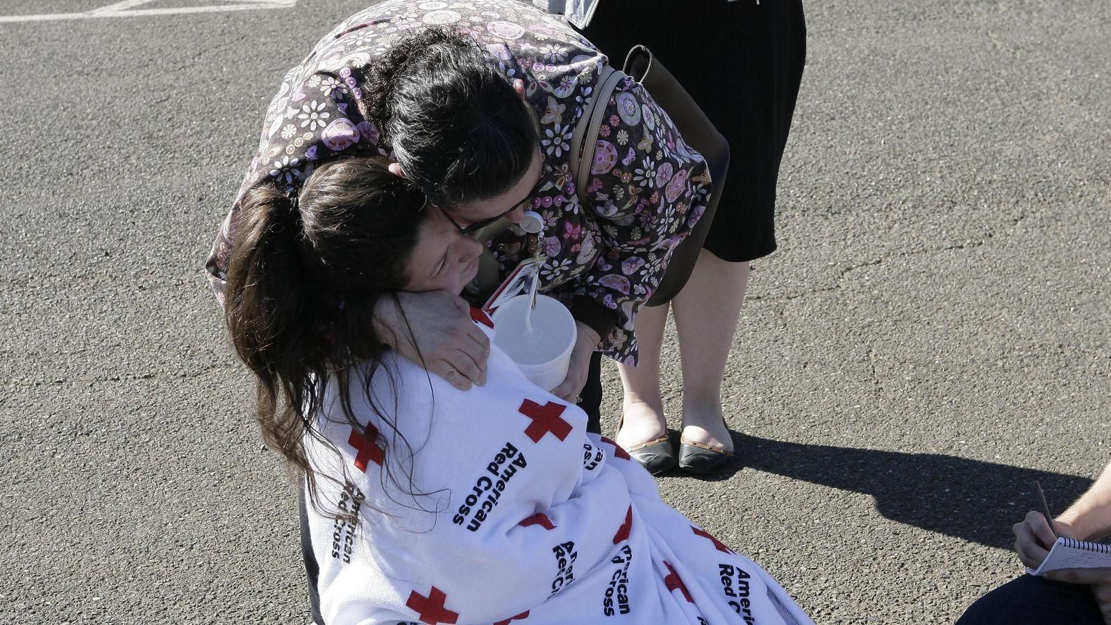 Foto: Una estudiante de la universidad de Oregon, abrazada por su madre tras el tiroteo (EFE)