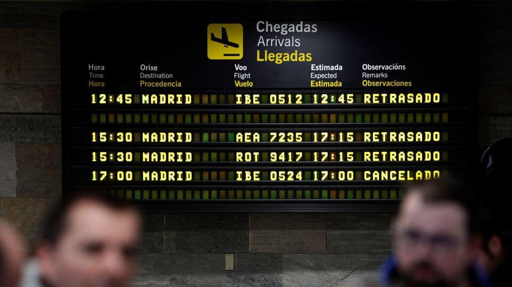 Foto: Panel informativo del aeropuerto coruñés de Alvedro. (EFE)