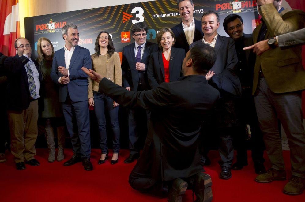Foto: Todo el espectro político del Parlament en un evento del programa satírico 'Polònia'. (EFE)