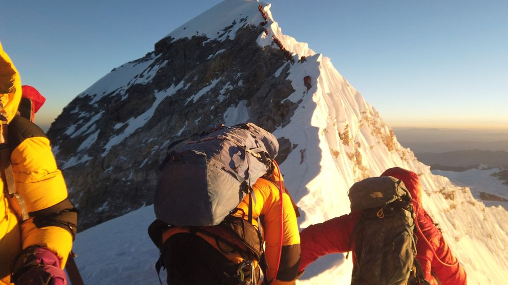 Foto: Alpinistas alcanzando la cumbre del monte Everest. (Reuters)