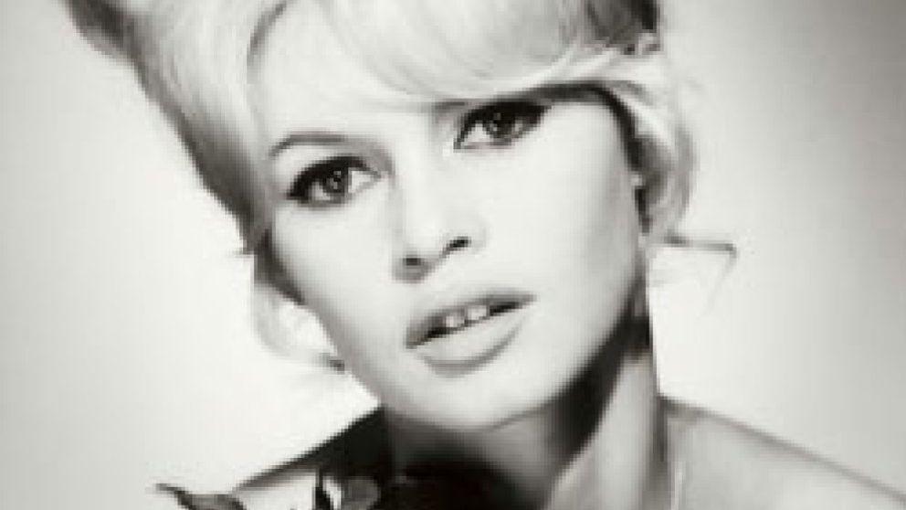 Torremolinos chic (y II): Brigitte Bardot pasea descalza por la 'isla'