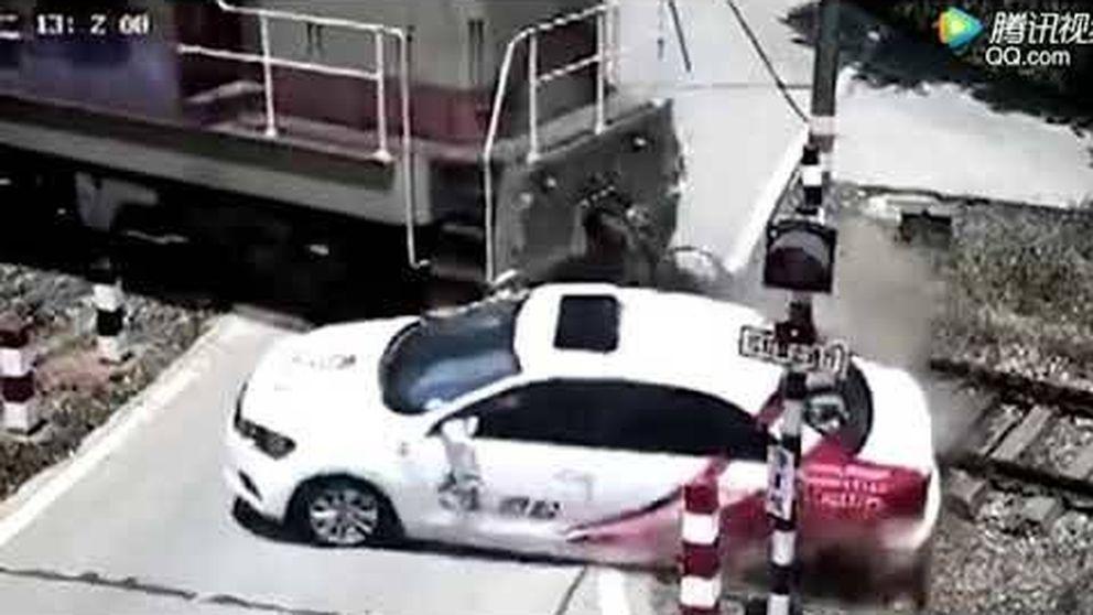Se salta un semáforo y un tren arrolla la parte trasera de su coche