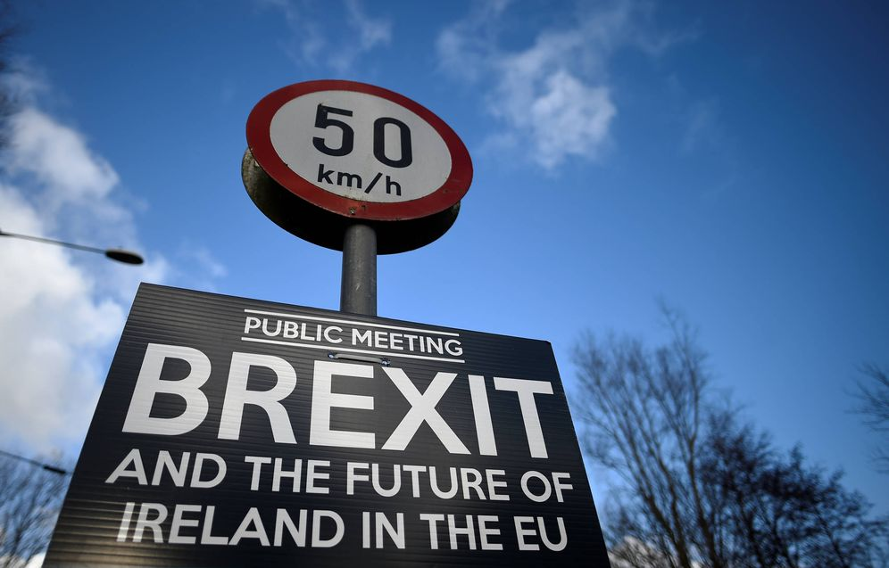 Foto: Un cartel sobre el Brexit entre Donegal y Londonderry, en la frontera entre las dos Irlandas. (Reuters)