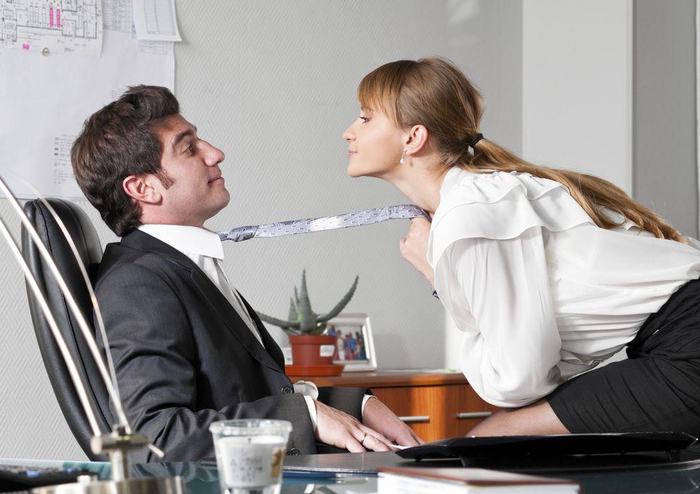 Foto: La comodidad y complicidad o la cantidad de horas juntos, causas de que tengamos relaciones sentimentales con los compañeros de trabajo (iStock)