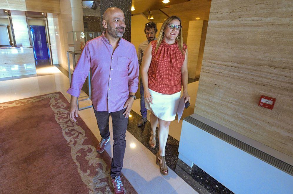 Foto: El líder manchego de Podemos, José García Molina, y su secretaria de Organización, María Díaz, este 25 de julio en Toledo. (EFE)