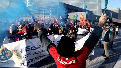 Asombro, orgullo y alguna protesta: marcha de policías y guardias civiles por Donostia