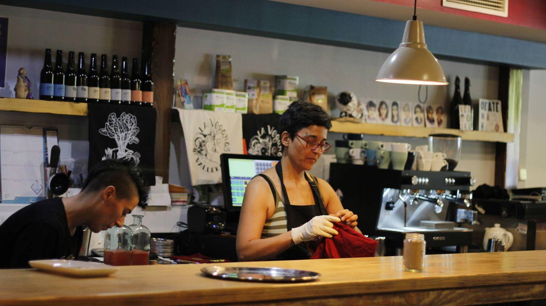 Noelia del Potro, en la barra de la taberna. (J. B.)
