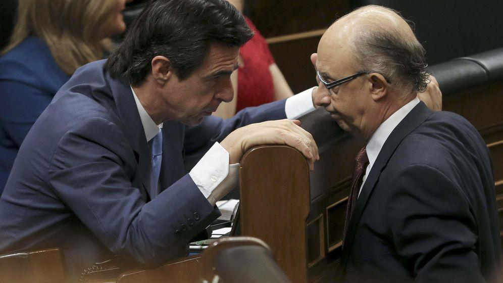 Foto: Cristobal Montoro y el exminitros José Manuel Soria, quien dimitió tras publicarse los Papeles de Panamá. (EFE)