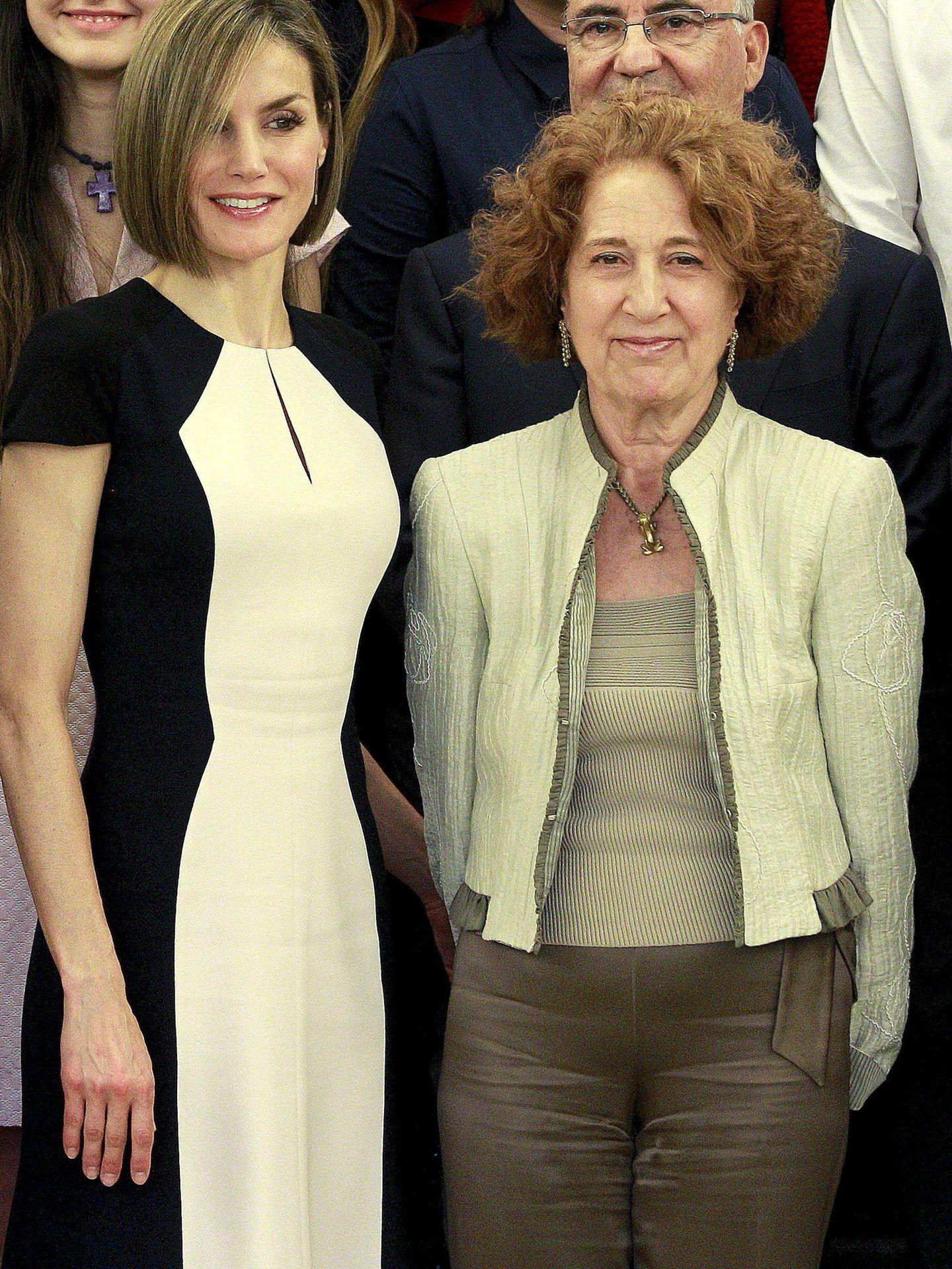 La reina Letizia y la académica Carmen Iglesias, en una audiencia con el patronato en 2015. (EFE)